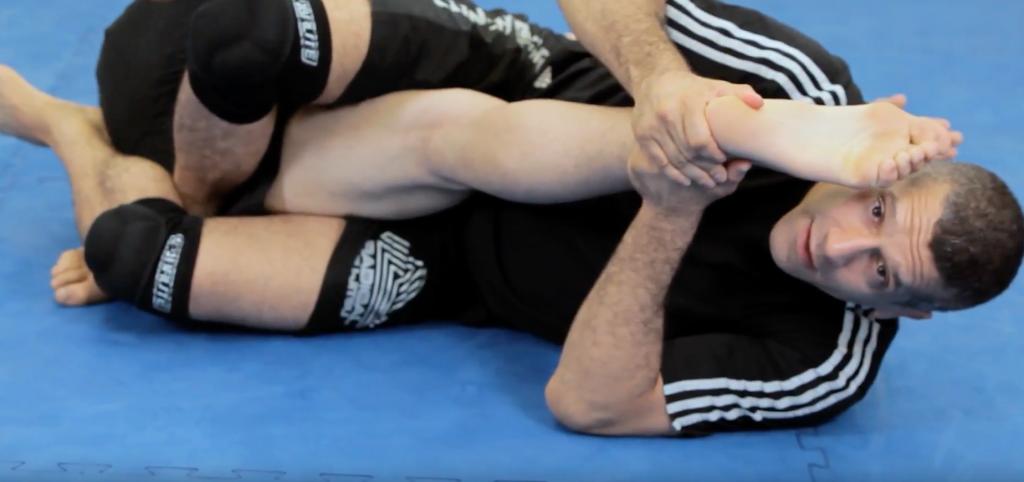 Рычаг колена(англ. Kneebar)